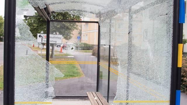 Det började med en sönderslagen busskur